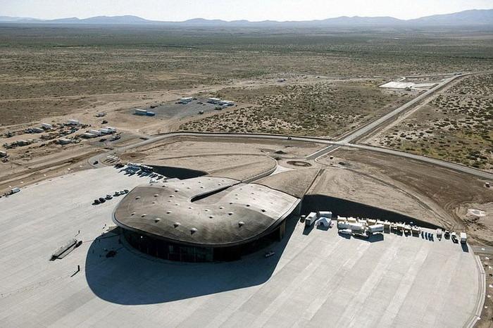 Но Англию в этом вопросе обогнала компания Virgin Galactic, которая построила первый в мире космопорт интересное, космический туризм, космос