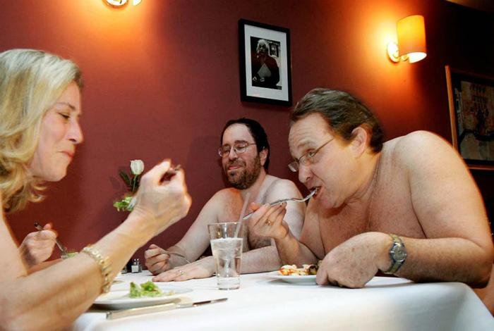 Ресторан для нудистов в США.