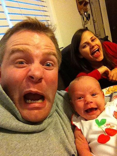 Яблочко от яблоньки... Молодой отец фотографируется с новорожденной дочуркой