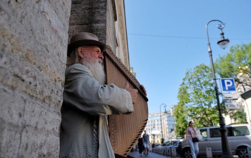 Бедный Садко: Необычный гусляр удивляет прохожих в центре Петербурга.