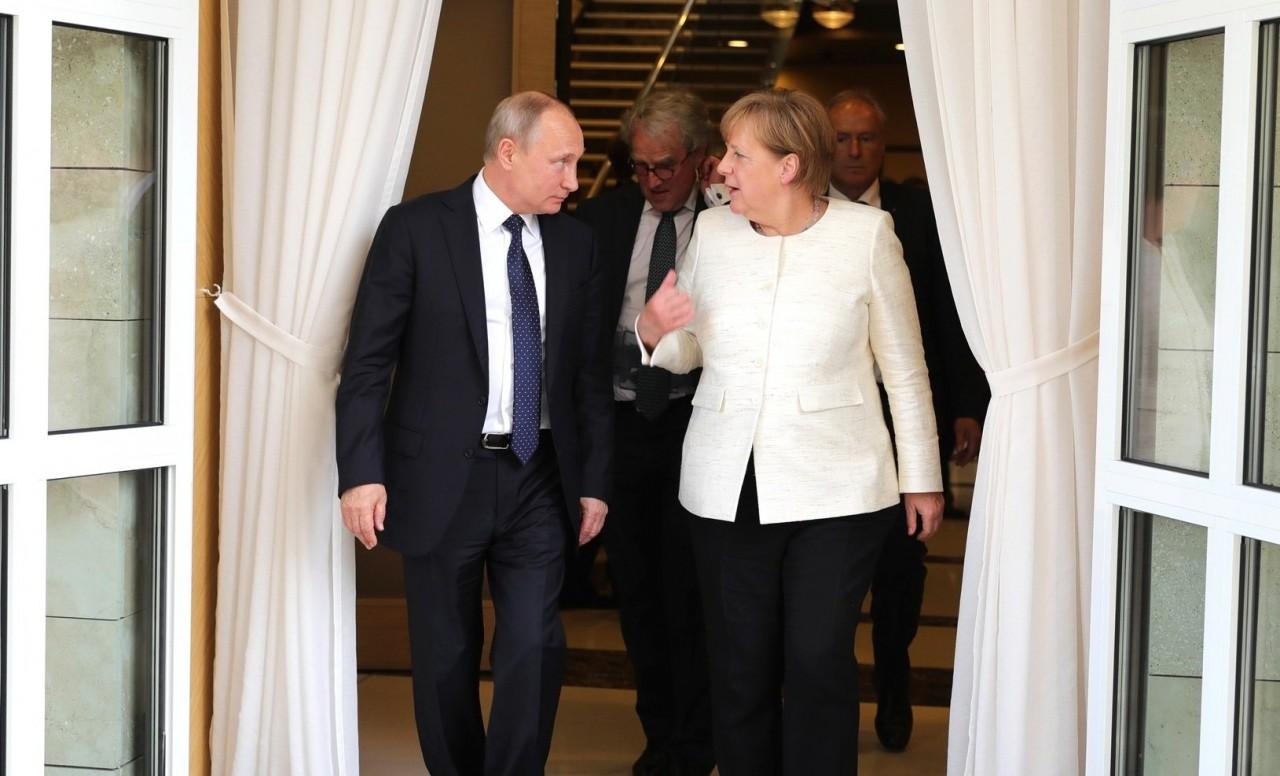 Встреча Путина и Меркель может стать первым шагом к отмене «вредных санкций», считают в Германии