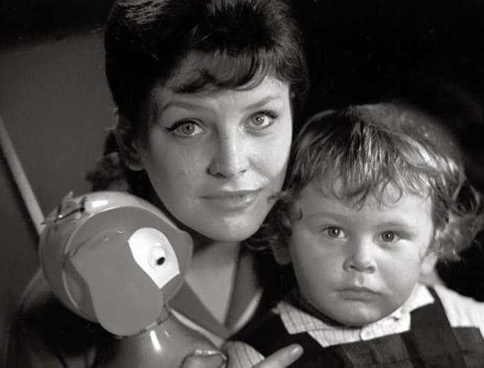Актриса с сыном   Фото: kino-teatr.ru
