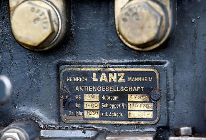 Хуберт едет на тракторе Lanz Bulldog 1936 года выпуска.