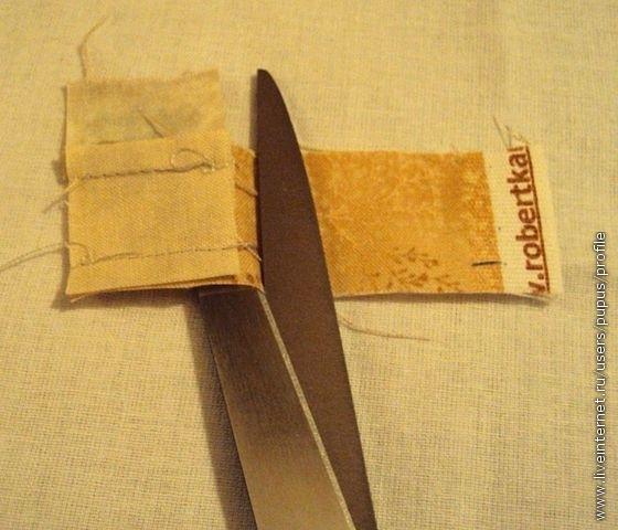 пришиваем с двух противоположных сторон к белому квадратику по светлой полоске- избыток ткани обрезаем