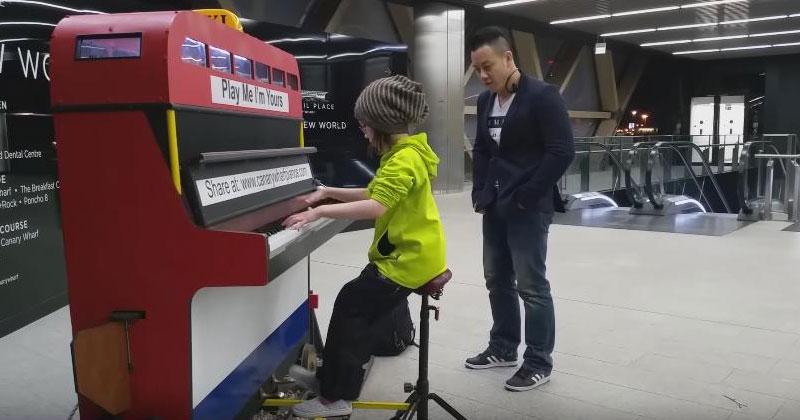 Маленькая девочка села за уличное пианино. Как только она заиграла, прохожие забыли, куда шли!