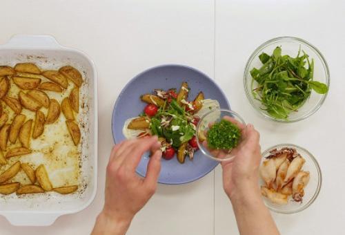Теплый салат из кальмаров с сыром.