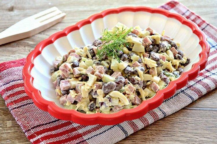 Салат с фасолью, курицей и сыром
