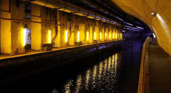 Длина канала достигает 602 метров, ширина 22 метра, и глубина 8 метров
