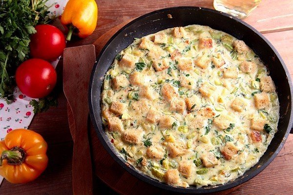 Обязательно приготовьте яичницу с кабачками и хлебом. Родные в восторге!
