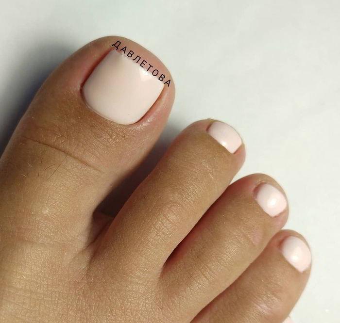 Ухоженные ножки: 40+ вариантов нюдового педикюра