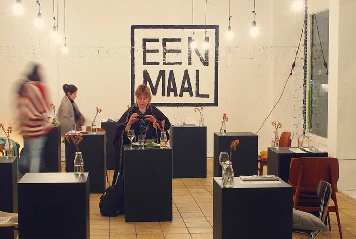 Столики для одного в Амстердаме.