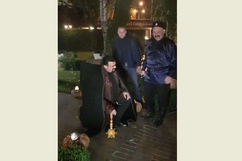В Краснодаре Стивена Сигала посвятили в казаки