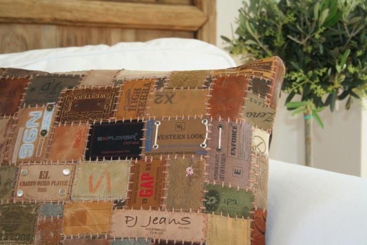 Ковер и подушки из лейблов