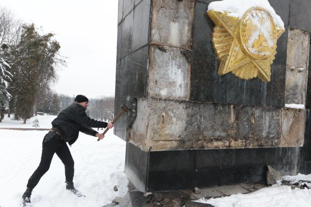 Львовским бандеровцам даже Вятрович не указ: кувалдами разбит Монумент победителям над нацизмом