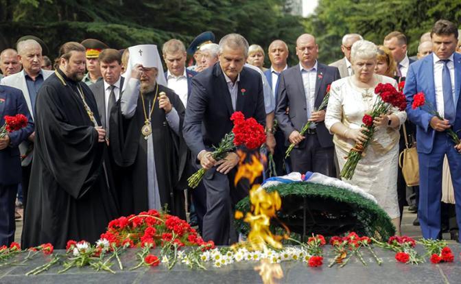 Столицу Крыма они называют Акъмесджит и плюют на Вечный огонь. Как в Симферополе осквернили День памяти и скорби