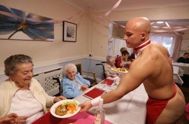 Бабули из дома престарелых заказали себе стриптизеров