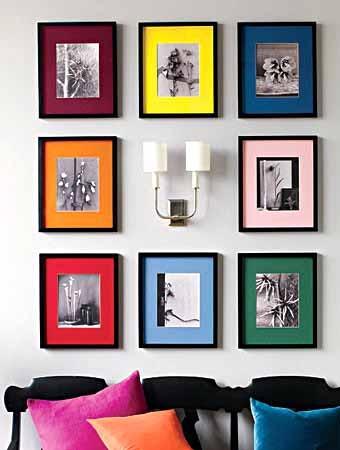 цветные рамки для фотографий добавляют цветовой акцент в интерьер комнаты