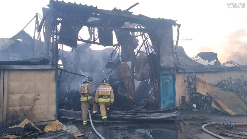 Пожарные тушат возгорание на…