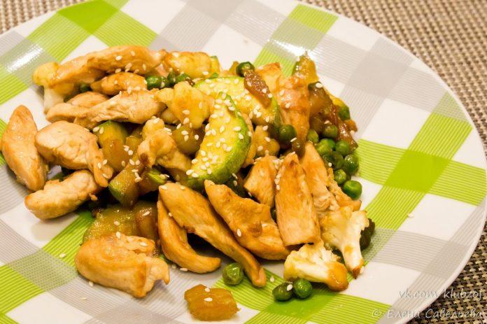 Диетическая куриная грудка, тушеная с кабачком и горошком в соевом соусе