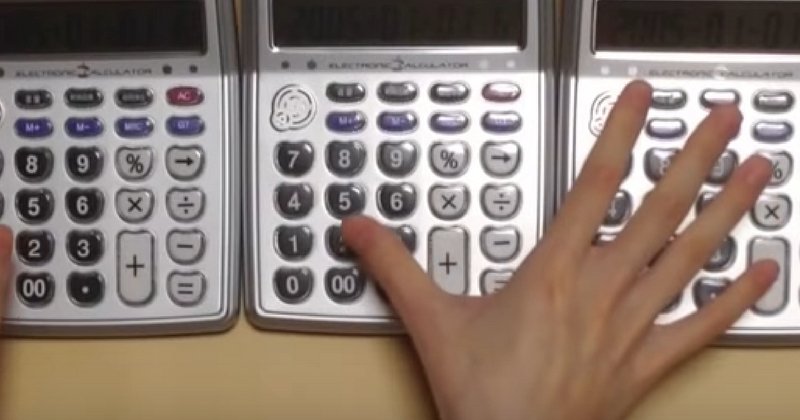 Он просто достал калькулятор и начал на нем играть. Как у него это получается?