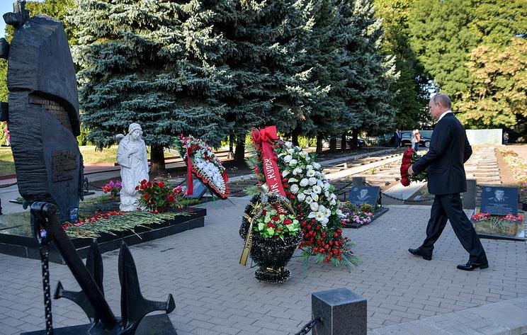 """Путин возложил цветы к монументу погибшим морякам с подлодки """"Курск"""""""