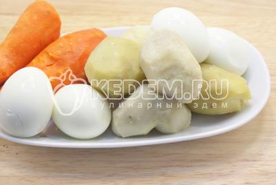 Морковь, картофель и яйца отварить, очистить и остудить. - Салат «Царский». Фото приготовления салата с красной рыбой и икрой на новогодний стол.