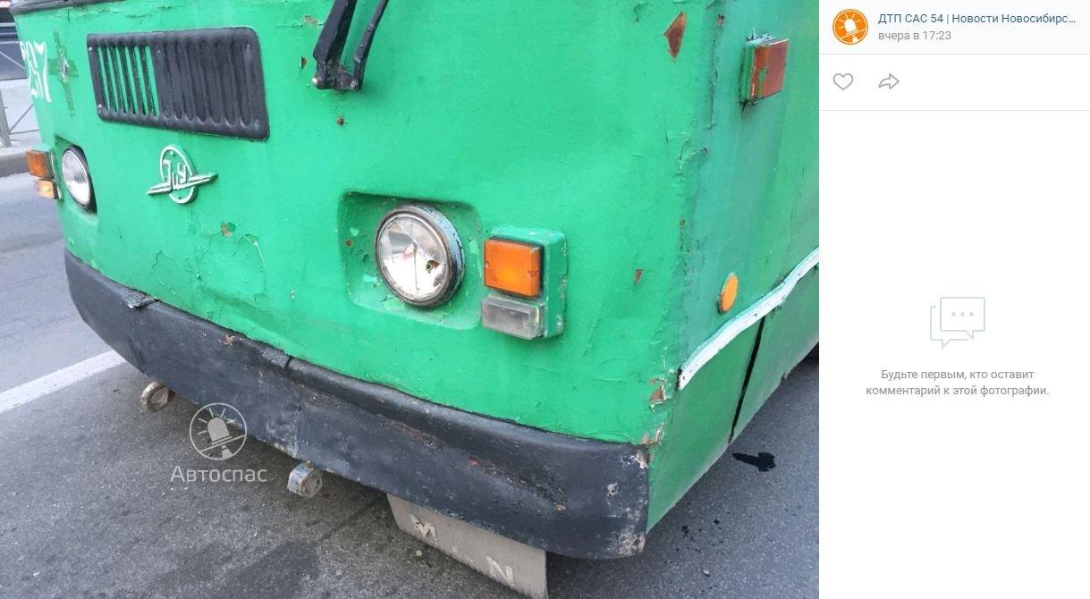 ДТП в Новосибирске: на Никитина троллейбус протаранил иномарку