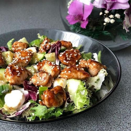 Салат с курицей терияки.