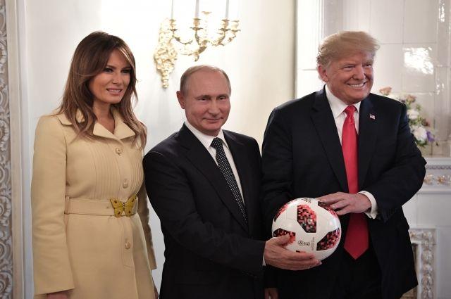 Спецслужба США проверила мяч, который подарил Трампу Путин