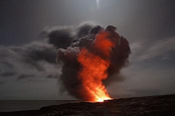 Они сошлись: вода и пламя. На Гавайях лава достигла океана