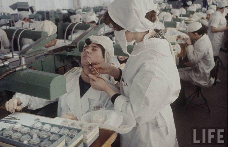 Врач работает с пациентом на предприятии. СССР, качество, медицина, фото