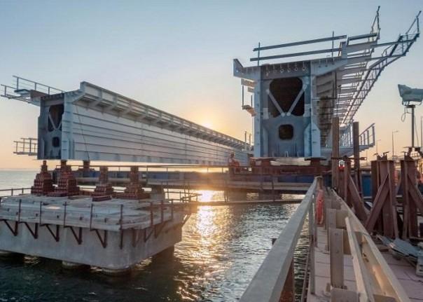 Съехавший фрагмент пролета строящейся ж/д части Крымского моста достали из воды