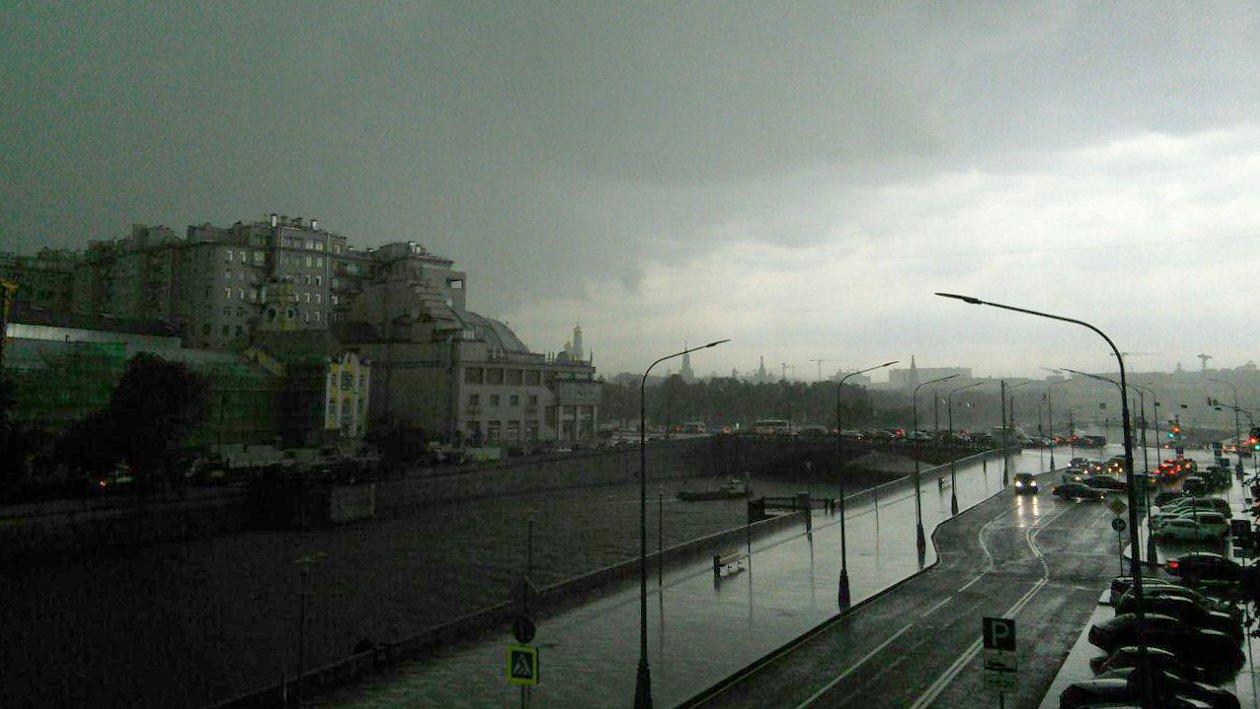 Москвичи делятся кадрами грозы и ливней в социальных сетях