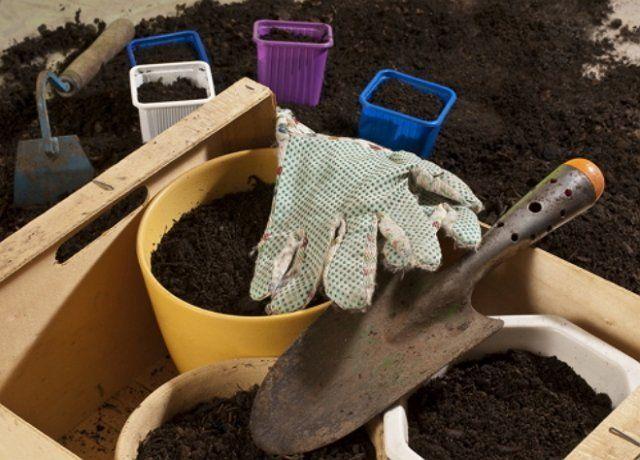 Горшки с плодородной почвой