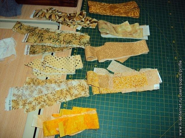светлые ткани нарезаем на полоски шириной 3 см и раскладываем по цветам