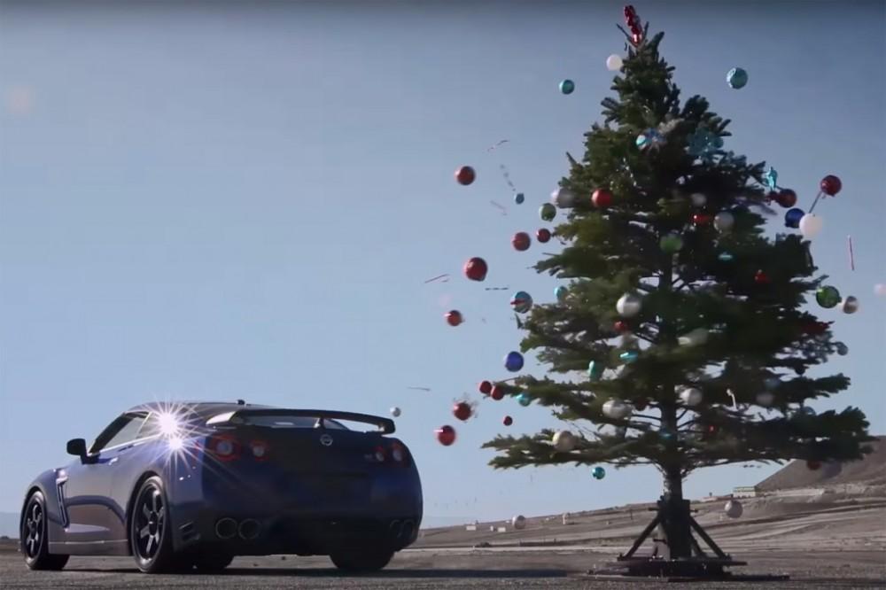 Как быстро снять игрушки с новогодней ёлки?