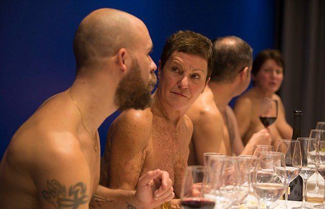 Голые и сытые: в Париже открылся ресторан для нудистов (12 фото)