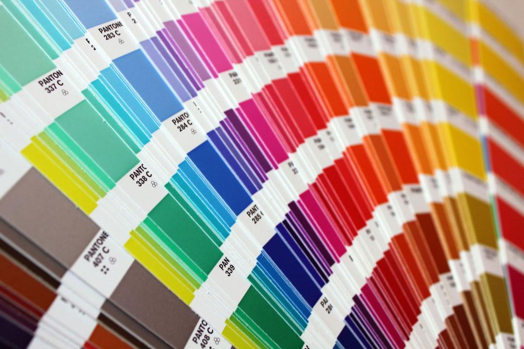 Выбор цветовой гаммы интерьера с помощью веера Pantone