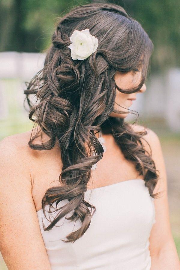 Прическа на длинные волосы с цветком
