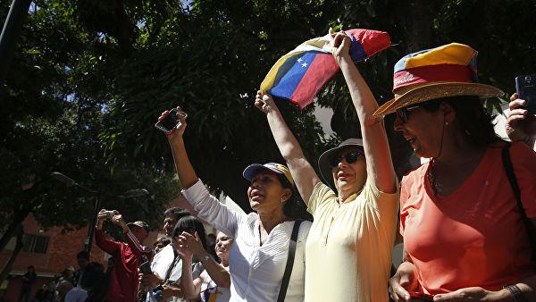 Сторонники во время выступления на митинге в Каракасе спикера парламента Венесуэлы и лидера оппозиции Хуана Гуаидо