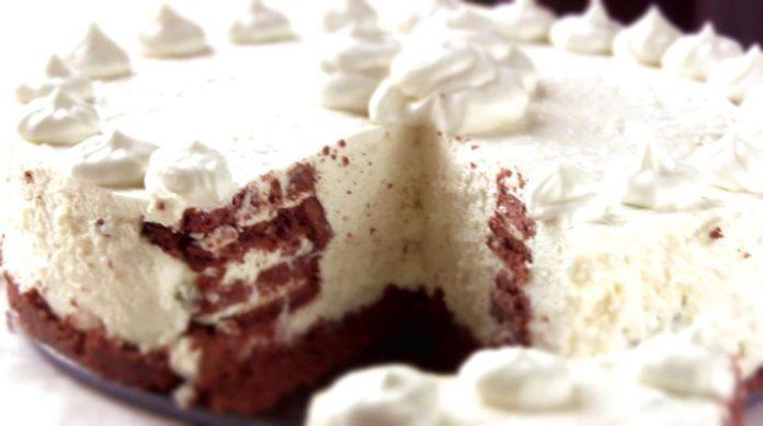 Творожной чизкейк без выпечки, приготовленный на основе шоколадного печенья