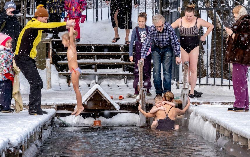 Крещение в Петербурге: женщины окунались с детьми на руках (яркие фото)