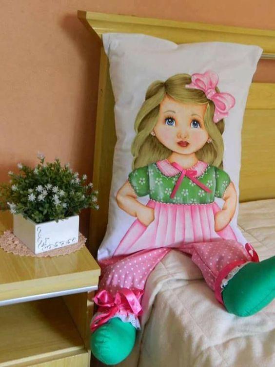 Необычное рукоделие: куклы-подушки, расписанные акриловыми красками