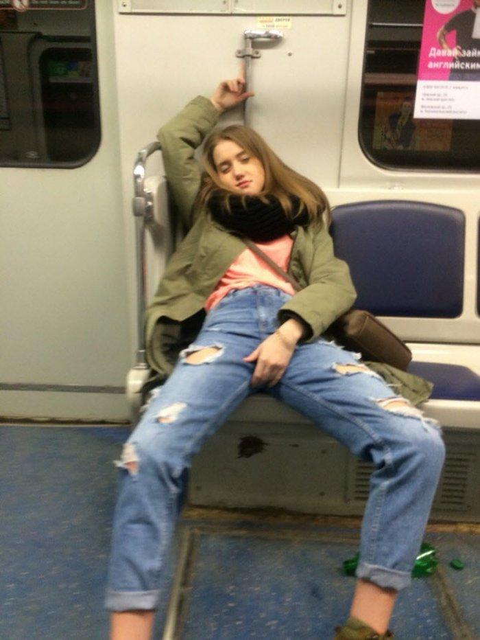 Стиляги в метро (38 фото)