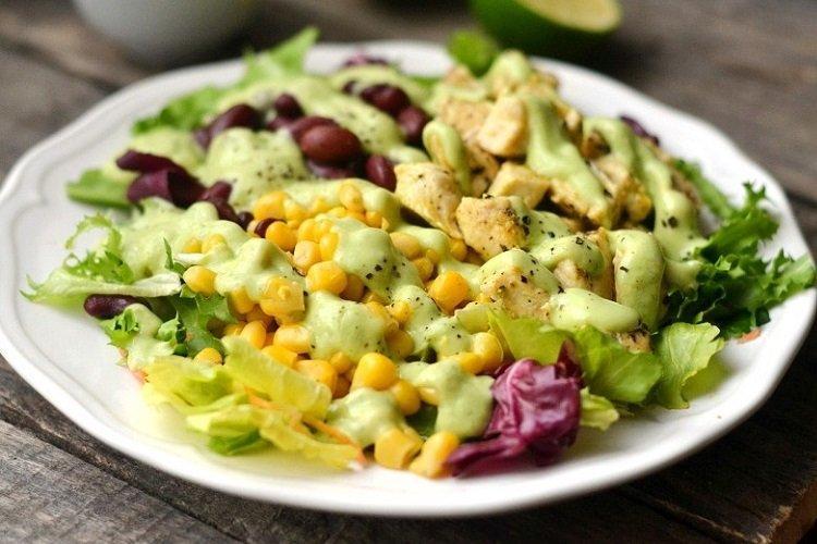 Салат с курицей, фасолью и соусом сальса верде
