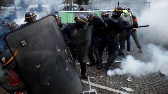 Москва и Донецк троллят Запад «онижедетьми», которых лупит французская полиция