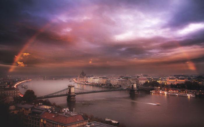Радуга над столицей Венгрии. Автор фото: Tamas Rizsavi.
