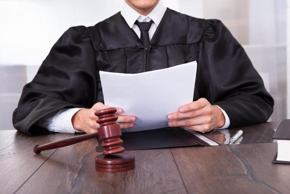 """""""Случится инфаркт, трупу зачитаешь?"""" Судья """"не заметила"""" обморока 60-летней подсудимой и продолжала оглашать приговор"""