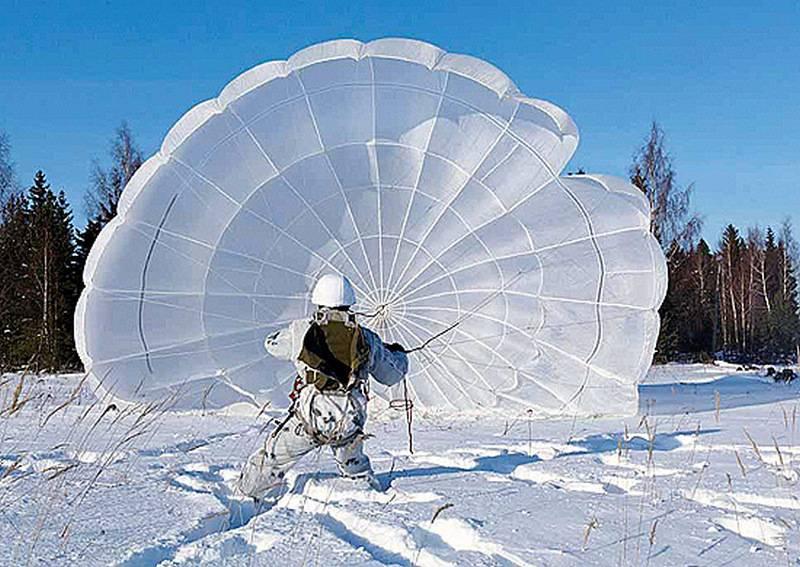 Спецназ ЗВО приступил к парашютным прыжкам в Тамбовской области