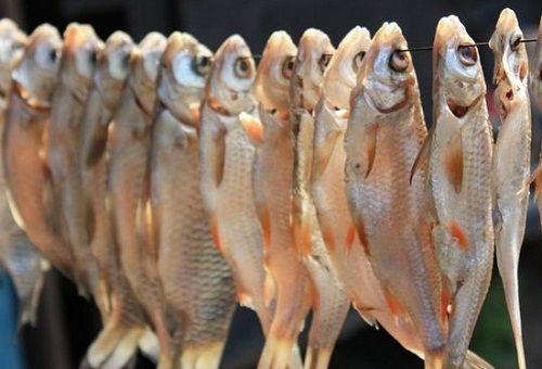 Вкусную вяленую рыбу несложно приготовить самостоятельно.